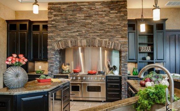 Декоративный камин на кухне
